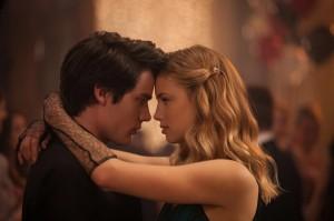 Die ersten vorsichtigen Annäherungsversuche zwischen Christian (Dominic Sherwood) und Lissa (Lucy Fry) auf dem Schulball. (Copyright: Universum Film)