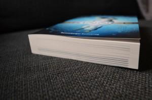 Das Gewinnspielexemplar weist leichte schwarze Streifen an der Buchunterseite auf, ist aber ungelesen.
