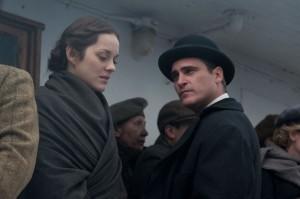 Ewa (Marion Cotillard) gerät in die Fänge des charmanten aber zwielichtigen Bruno (Joaquin Phoenix). (Copyright: Universum Film)