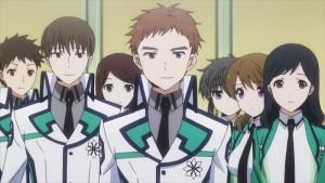 Fantasy meets Sci-Fi: The irregular at magic high school ist von Studio Madhouse (u. a. BTOOOM!) unter der Leitung von Regisseur Manabu Ono (u. a. Horizon on the Middle of Nowhere) produziert worden. (Coypright: KSM Anime)