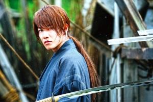 """Von der Vergangenheit gezeichnet: Für das Ende des Militärregimes wurde Kenshin zum Attentäter und ging als stärkster Kämpfer dieser Zeit in die Geschichte ein. (Copyright: NOBUHIRO WATSUKI/SHUEISHA, 2012 """"RUROUNI KENSHIN"""" FILM PARTNERS NOBUHIRO WATSUKI/SHUEISHA, 2014 """"RUROUNI KENSHIN KYOTO INFERNO/THE LEGEND ENDS"""" FILM PARTNERS)"""