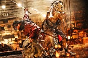 """Gefährliches Gefecht: Kenshin tritt gegen den skrupellosen Shishio an, der Japan unterjochen will.  (Copyright: NOBUHIRO WATSUKI/SHUEISHA, 2012 """"RUROUNI KENSHIN"""" FILM PARTNERS NOBUHIRO WATSUKI/SHUEISHA, 2014 """"RUROUNI KENSHIN KYOTO INFERNO/THE LEGEND ENDS"""" FILM PARTNERS)"""