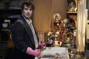 """""""Vampire spülen nicht ab"""", meint Deacon, doch auch in einer Vampir-WG gibt es einen Putzplan. (Copyright: Weltkino Filmverleih / Universum Film)"""