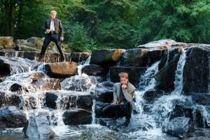 Chris Pine (Aschenputtels Prinz, rechts) und Billy Magnussen (Rapunzels Prinz, links) im inbrünstigen Duett über die Qualen der Liebe. (Copyright: 2014 Disney Enterprises, Inc. All Rights Reserved)