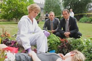 Bei der Arbeit: Rechtsmedizinerin Laura Hobson (Clare Holman), DS Hathaway (Laurence Fox) und DI Lewis (Kevin Whately). (Copyright: Edel:Motion)