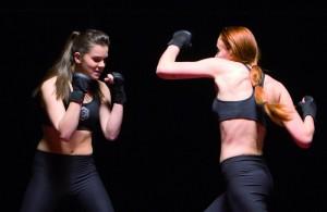 Hailee Steinfeld und Sophie Turner sind Rivalinnen, die sich bis aufs Blut bekämpfen. (Copyright: Ascot Elite Home Entertainment)