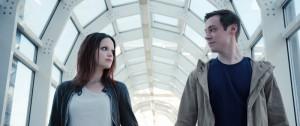 """David Kross und Emilia Schüle in der Teenie-Dystopie """"Boy 7"""" (Copyright: Koch Media)"""