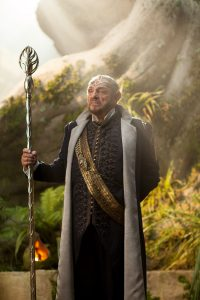 "Zwergenoutfit gegen Elfenkostüm getauscht: John Rhys-Davies in ""The Shannara Chronicles"" (Copyright: Concorde Home Entertainment)"