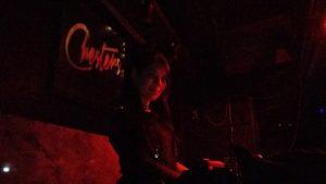 DJ Hekate erfüllt den düsteren Club mit düsterer Rhythmik.