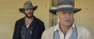 "Texas Ranger (Liam Hemsworth) vs. ""der Prediger"" (Woody Harrelson) in ""Das Duell""   Copyright: Universum Film"